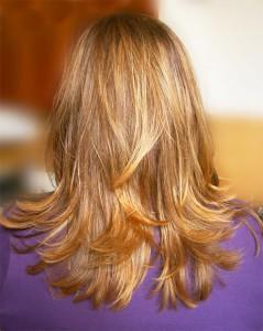 svetlý farebný typ - jarný- teplý odtieň vlasov. Zdravé, pekné vlasy.